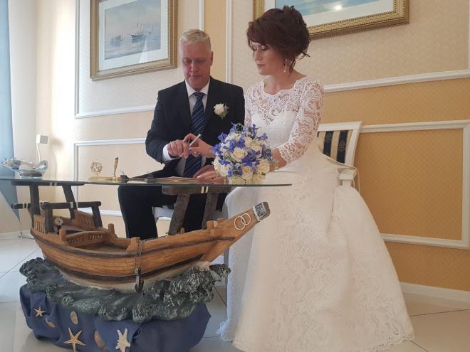 В Петербурге пара приехала на свадьбу с кортежем из автоэвакуаторов