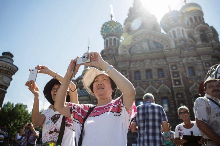 Поток иностранных туристов в Петербург снизился из-за ограничений Смольного