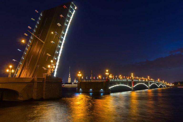 Сегодня ночью на Троицком мосту Петербурга пройдет лазерное шоу