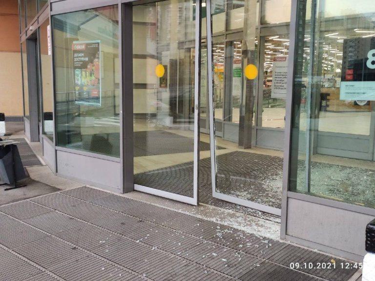 В Петербурге дикий кабан совершил попытку нападения на гипермаркет. Видео